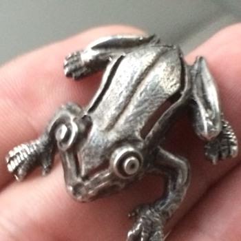 14k white gold frog figurine