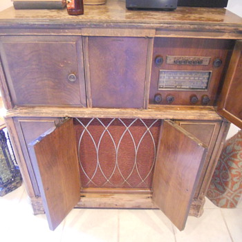 Antique RCA Victrola Magic Brain Radio Cabinet