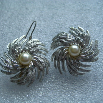 Sarah Coventry  PINWELL with faux pearl earrings - Costume Jewelry