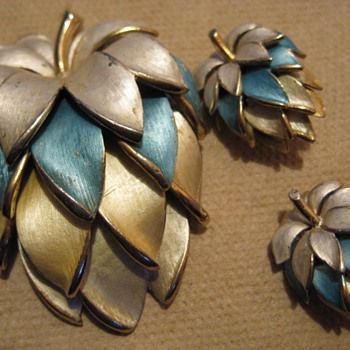 HOPS Brooch Set - looks like a KRAMER ? - Costume Jewelry