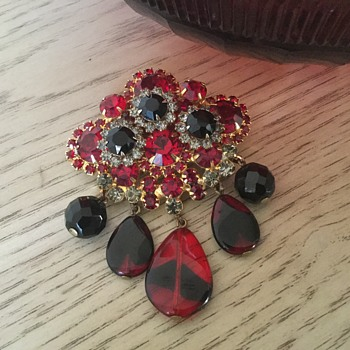 D & E RUBY RED & BLACK DIAMOND BROOCH...rare glass dangles! - Costume Jewelry