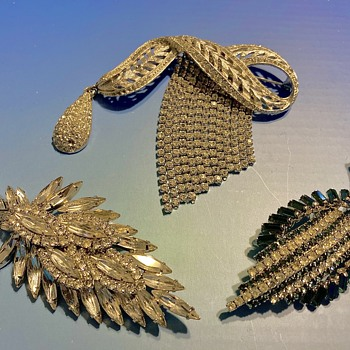 3 pretty brooches - Costume Jewelry