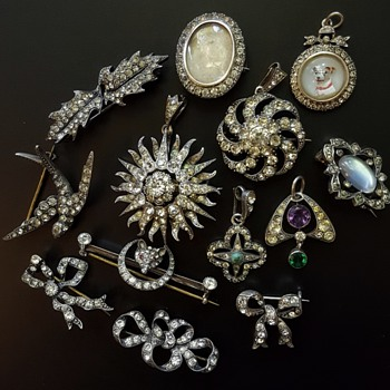 Mysterious maker again, last buys grouping! Paste and 900/925 silver brooches and pendants. - Fine Jewelry