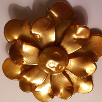 Here's an interesting brooch that i am clueless about!! ANYONE HELP??!! - Costume Jewelry