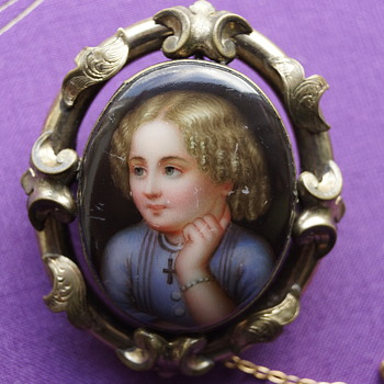 Beautiful antique hand painted brooch - Victorian Era