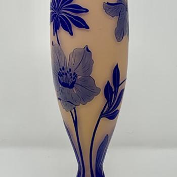 """Loetz 13"""" Cameo Glass Vase, Camilienrot aussen dunkelblau, ca. 1920s - Art Glass"""