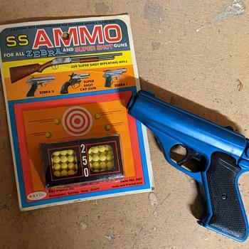 Plastic toy gun. - Toys