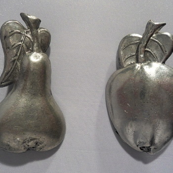 Tin fruit brooches from Tiel - Costume Jewelry