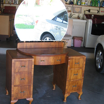 Antique vanity with round mirror - Furniture