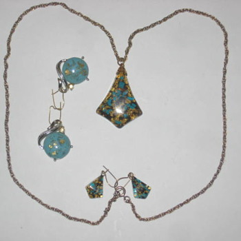 Gold flake and Turqoise necklace - Costume Jewelry