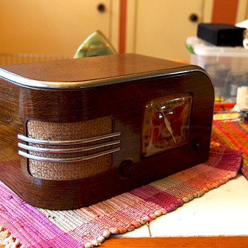 Truetone D1215 Tube Radio Metal Wood Grain Case by Western Auto, 1938