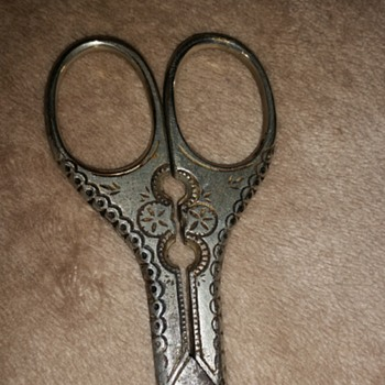 Please help with identifying these shears - Sewing