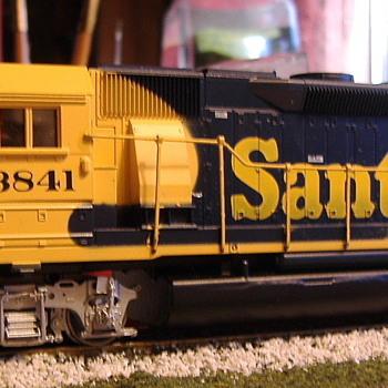 Santa Fe #3841 GP50-2 HO scale - Model Trains