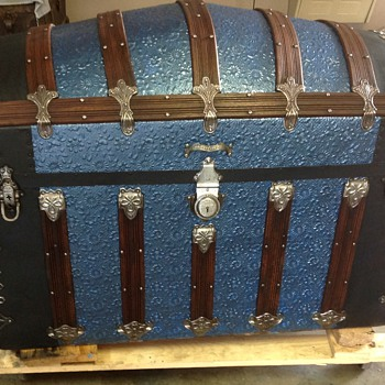 Refinished hump back trunk - Furniture