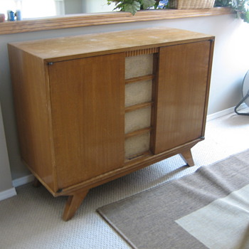 Westinghouse Tube Radio and Sterio in Cabinet - Radios