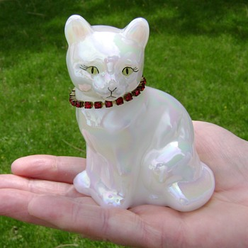 Fenton Calendar Cat - Figurines