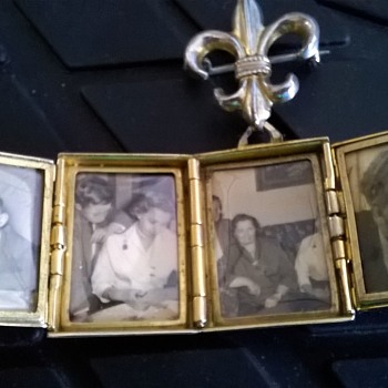 1955-1960 Coro Fleur de lis Photo Locket Flea Market Find 7,00 Euro ($8.35) - Costume Jewelry