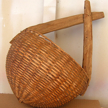 Old primitive woven basket with rounded bottom and wooden handle - Furniture