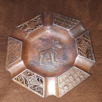 little coppertone 'scotty dog' ashtray with fancy rim - Tobacciana
