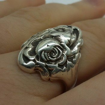Beautiful Kirk & Son Floral Ring