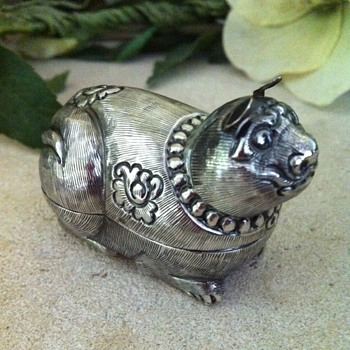Funny dog repousse silver Cambodian tiny box. - Asian