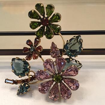 SCHREINER TREMBLER FLOWER BROOCH - Costume Jewelry