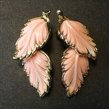 Vintage Lisner (?) leaf clip earrings - Costume Jewelry
