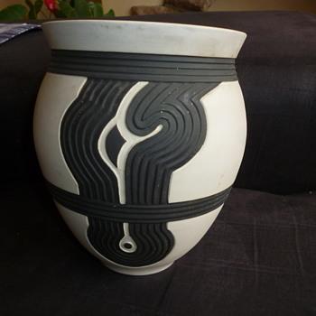 SHEUGNET POTTERY VASE - Pottery