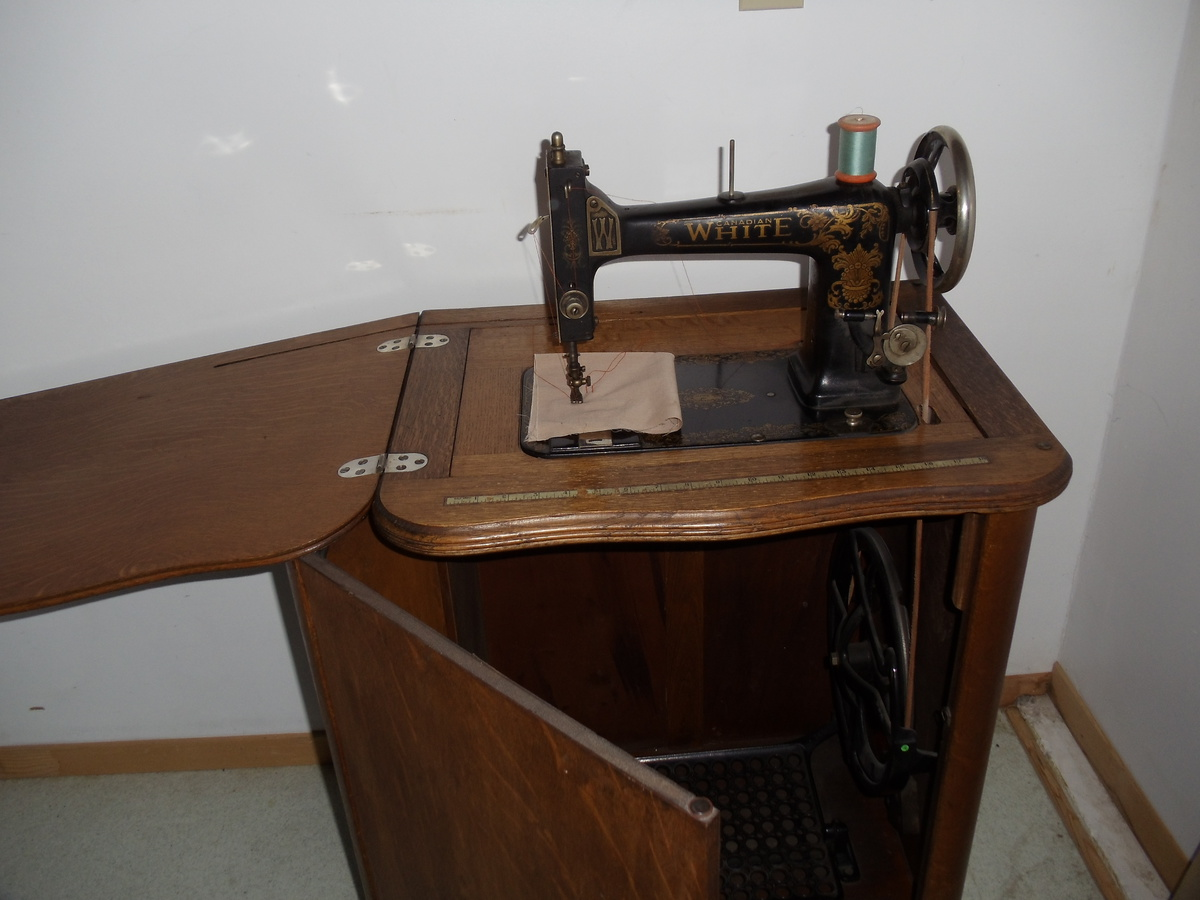 white treadle sewing machine in oak cabinet collectors weekly rh collectorsweekly com white sewing machine cabinet value white sewing machine cabinets vintage
