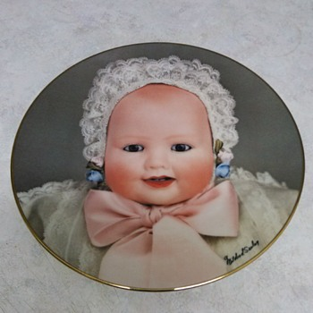 THE DOLL COMPANY CHINA PLATE LAUGHING BABY 1982 - China and Dinnerware