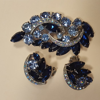 Beautiful brooch - Costume Jewelry
