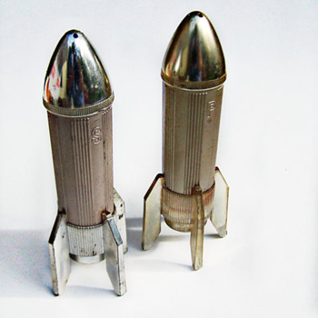 ShakeThatThang great Mod Space Age Rocket Salt and Pepper Shakers