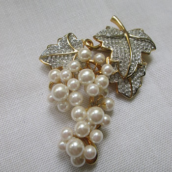 Pearl brooch as a cluster of grapes, no mark