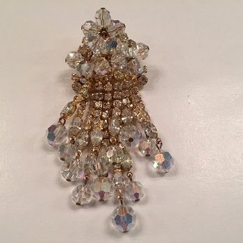 D & E DANGLE BROOCH - Costume Jewelry