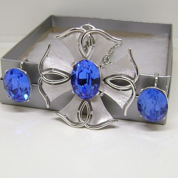 Trifari Star Rays - Costume Jewelry