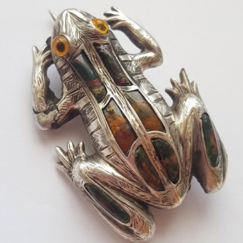 Antique Victorian Scottish silver and jasper frog brooch.  KYRATISED! - Fine Jewelry