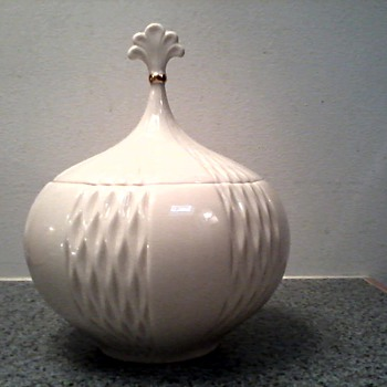 "Lenox ""Harlequin"" Jar with Lid 24 kt. Gold Trim / Beautiful ! Circa 1970 - China and Dinnerware"