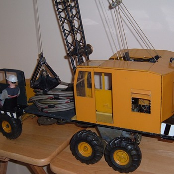 LARGE METAL, PLASTIC, HEAVY TRUCK CRANE w7 LIONEL MOTORS  - Model Cars