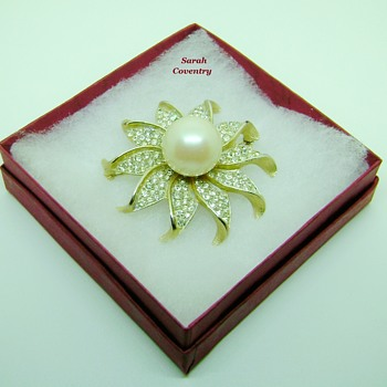Sarah Coventry brooch - Hostess Award - Costume Jewelry