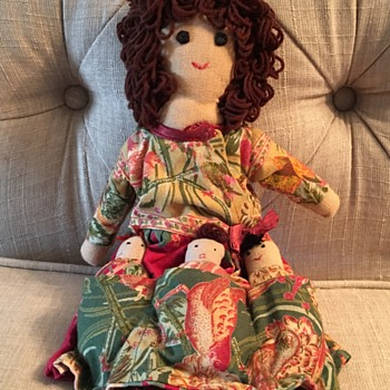 Doll with 3 kids in her apron - Dolls