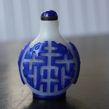 Snowflake glass with blue overlay snuff bottle