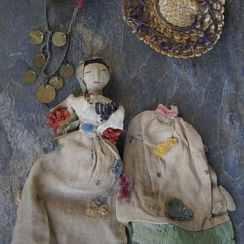 ANTIQUE VINTAGE DOLL & MISC DOLL HAT & HEAD-DRESS- NO GUESS ON ORIGINS -  - Dolls