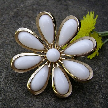 Trifari Daisy Brooch - Costume Jewelry