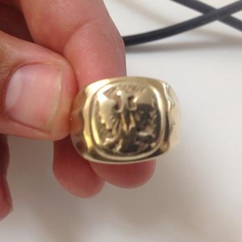 Polish Eagle facing left gold ring,