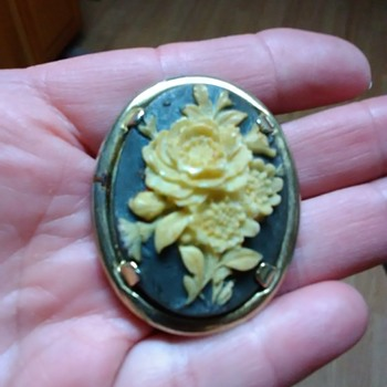 Flower cameo brooche - Fine Jewelry