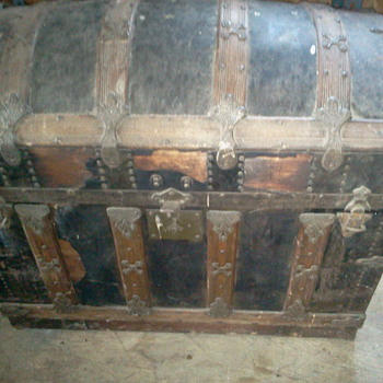 Pat Oct 77 large barrel shape trunk - Furniture