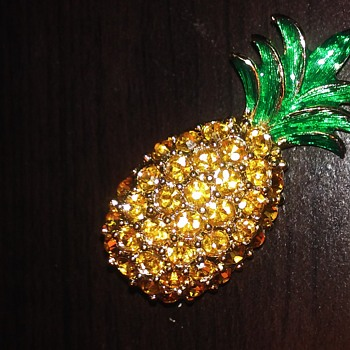 Pineapple pin - Costume Jewelry