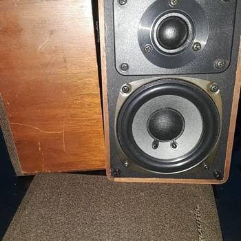 pair of REALISTIC MINIMUS-7W bookshelf speakers - Electronics