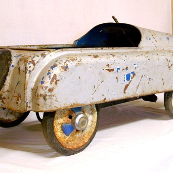 Interesting old pedal car, not sure who made it