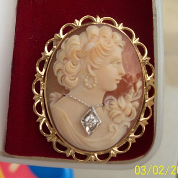14K Gold Cameo Brooch/Pendant with 1 Brilliant cut Diamond .10/100 - Fine Jewelry